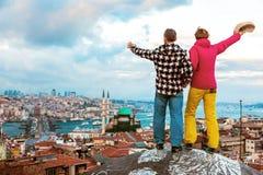 Άνδρας και γυναίκα που απολαμβάνουν τη τοπ θέα στεγών πόλεων το βράδυ στοκ εικόνες με δικαίωμα ελεύθερης χρήσης