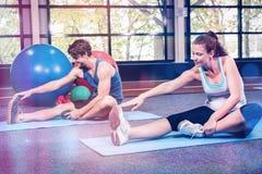 Άνδρας και γυναίκα που εκτελούν την άσκηση ικανότητας Στοκ Εικόνα