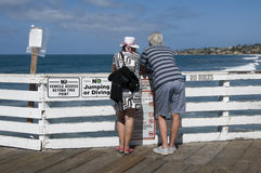 Άνδρας και γυναίκα που εξετάζουν τον ωκεανό Στοκ φωτογραφίες με δικαίωμα ελεύθερης χρήσης
