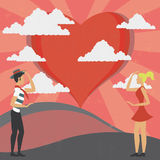 Άνδρας και γυναίκα που κοιτάζουν επίμονα την αγάπη Στοκ Εικόνα