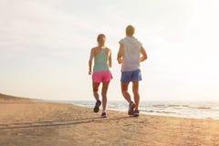 Άνδρας και γυναίκα που τρέχουν στην παραλία Στοκ εικόνα με δικαίωμα ελεύθερης χρήσης