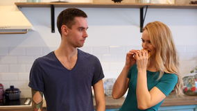 Άνδρας και γυναίκα που τρώνε hamdurger απόθεμα βίντεο