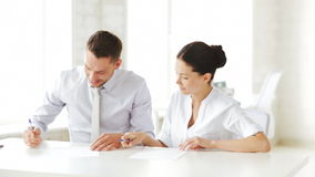 Άνδρας και γυναίκα που υπογράφουν μια σύμβαση φιλμ μικρού μήκους
