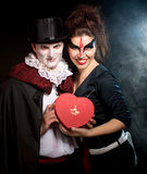 Άνδρας και γυναίκα που φορούν ως βαμπίρ και μάγισσα. Αποκριές στοκ εικόνες με δικαίωμα ελεύθερης χρήσης