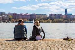 Άνδρας και γυναίκα σε μια αποβάθρα Στοκ Εικόνες