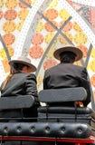 Άνδρας και γυναίκα σε μια μεταφορά αλόγων από την έκθεση της Σεβίλης, Ανδαλουσία, Ισπανία στοκ εικόνες