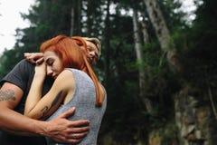 Άνδρας και γυναίκα στη φύση Στοκ φωτογραφία με δικαίωμα ελεύθερης χρήσης