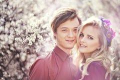 Άνδρας και γυναίκα στον ανθίζοντας κήπο Στοκ φωτογραφία με δικαίωμα ελεύθερης χρήσης