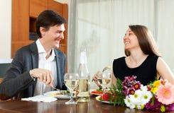 Άνδρας και χαριτωμένη γυναίκα που έχουν το ρομαντικό γεύμα στοκ εικόνες
