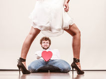Άνδρας με διαμορφωμένο το καρδιά κιβώτιο δώρων για τη γυναίκα Στοκ φωτογραφία με δικαίωμα ελεύθερης χρήσης