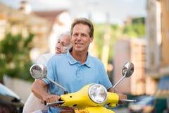 Άνδρας με τη γυναίκα στο μηχανικό δίκυκλο Στοκ Φωτογραφία