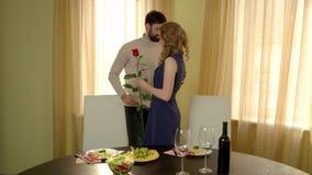 Άνδρας με τη γυναίκα συνεδρίασης των λουλουδιών φιλμ μικρού μήκους