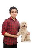 Άνδρας με το σκυλί που απομονώνεται νεαρός στο λευκό Στοκ Φωτογραφίες