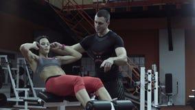 Άνδρας που βοηθά τη γυναίκα με την άσκηση Τύπου απόθεμα βίντεο