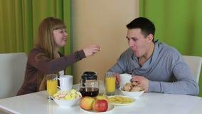 Άνδρας που γίνεται νεαρός την έκπληξη για τη φίλη του Μαγείρεψε το αγαπώντας ζεύγος προγευμάτων της μεταχειρίζεται κάθε άλλων τρό απόθεμα βίντεο