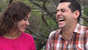 Άνδρας που γελά στο αστείο της γυναίκας απόθεμα βίντεο