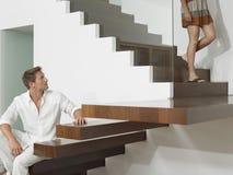 Άνδρας που εξετάζει τη γυναίκα στα σκαλοπάτια Στοκ εικόνες με δικαίωμα ελεύθερης χρήσης