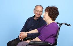 Άνδρας που εξετάζει τη γυναίκα στην αναπηρική καρέκλα Στοκ φωτογραφία με δικαίωμα ελεύθερης χρήσης