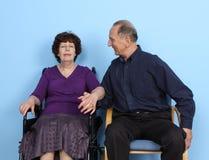 Άνδρας που εξετάζει τη γυναίκα στην αναπηρική καρέκλα Στοκ εικόνες με δικαίωμα ελεύθερης χρήσης