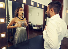 Άνδρας που εξετάζει τη γυναίκα στον καθρέφτη Στοκ εικόνα με δικαίωμα ελεύθερης χρήσης