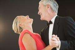Άνδρας που εξετάζει τη γυναίκα χορεύοντας Στοκ Εικόνες