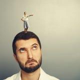 Άνδρας που εξετάζει τη μικρή γυναίκα στο κεφάλι Στοκ Εικόνα