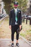 Άνδρας που θέτει τις εξωτερικές επιδείξεις μόδας της Gucci που χτίζουν για την εβδομάδα 2014 μόδας των γυναικών του Μιλάνου Στοκ φωτογραφία με δικαίωμα ελεύθερης χρήσης