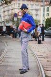 Άνδρας που θέτει τις εξωτερικές επιδείξεις μόδας της Gucci που χτίζουν για την εβδομάδα 2014 μόδας των γυναικών του Μιλάνου Στοκ Εικόνες