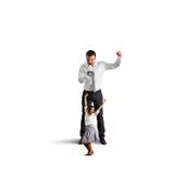 Άνδρας που κραυγάζει στην εύθυμη χορεύοντας γυναίκα Στοκ φωτογραφίες με δικαίωμα ελεύθερης χρήσης