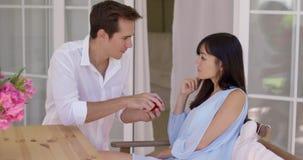 Άνδρας που προτείνει έναν γάμο στη γυναίκα με το δαχτυλίδι απόθεμα βίντεο
