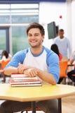 Άνδρας σπουδαστής που μελετά στην τάξη με τα βιβλία Στοκ Εικόνα