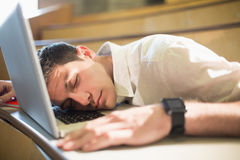 Άνδρας σπουδαστής που πέφτει κοιμισμένος κατά τη διάρκεια της κατηγορίας Στοκ εικόνα με δικαίωμα ελεύθερης χρήσης
