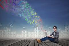 Άνδρας σπουδαστής που χρησιμοποιεί το lap-top Στοκ Φωτογραφίες