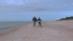 Άνδρας σύλληψης γυναικών στην παραλία ζεύγος ευτυχές φιλμ μικρού μήκους