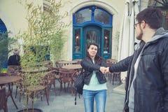 Άνδρας τραβήγματος γυναικών στο εστιατόριο στοκ εικόνες με δικαίωμα ελεύθερης χρήσης