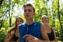 Άνδρας Jogging μπροστά από τη γυναίκα Στοκ Φωτογραφία