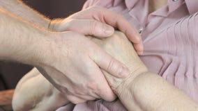 Άνδρας soothes η ηλικιωμένη γυναίκα κατά τη διάρκεια της πίεσης απόθεμα βίντεο