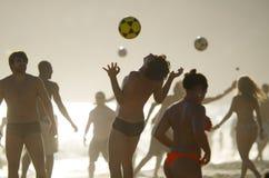 Άνδρες και γυναίκες Βραζιλιάνων που παίζουν Keepy Uppy Ρίο Στοκ Φωτογραφία