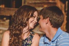 Άνδρες και γυναίκες ζεύγους στο χωριό, κοντά σε ένα ξύλινο σπίτι Πρόσωπα το ένα κοντά στο άλλο Έννοια: αγάπη, ειδύλλιο, καλοκαίρι Στοκ φωτογραφία με δικαίωμα ελεύθερης χρήσης