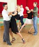 Άνδρες και γυναίκες που έχουν τη χορεύοντας κατηγορία στο στούντιο Στοκ Φωτογραφία