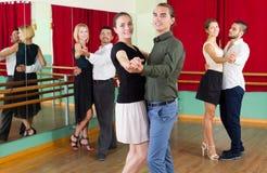 Άνδρες και γυναίκες που έχουν τη χορεύοντας κατηγορία στο στούντιο Στοκ εικόνα με δικαίωμα ελεύθερης χρήσης