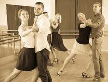 Άνδρες και γυναίκες που έχουν τη χορεύοντας κατηγορία στο στούντιο Στοκ φωτογραφία με δικαίωμα ελεύθερης χρήσης
