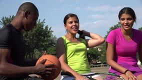 Άνδρες και γυναίκες που κοινωνικοποιούν για τον αθλητισμό απόθεμα βίντεο