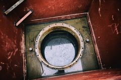 Άξονας καταπακτών ενός υπόγειου συστήματος δεξαμενών για το diesel Στοκ φωτογραφία με δικαίωμα ελεύθερης χρήσης