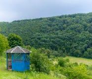 Άξονας σε έναν λόφο στο πόδι του δάσους στοκ εικόνα με δικαίωμα ελεύθερης χρήσης
