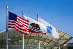 Άπειρος βρόχος της Apple, Cupertino, Καλιφόρνια, ΗΠΑ - 30 Ιανουαρίου 2017: Σημαία της Apple μπροστά από την έδρα της Apple Στοκ Εικόνες