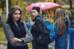 Άπιστο άτομο που περπατά με τη φίλη και που εξετάζει κατάπληκτο ένα άλλο σαγηνευτικό κορίτσι Στοκ Εικόνες