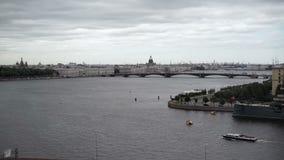 Άποψη Άγιος-Πετρούπολη σχετικά με τον ποταμό Neva φιλμ μικρού μήκους