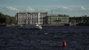 Άποψη Άγιος-Πετρούπολη σχετικά με τον ποταμό Neva απόθεμα βίντεο
