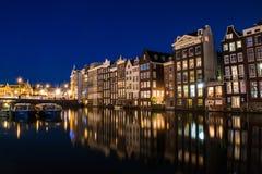 Άποψη Άμστερνταμ με την αντανάκλαση νερού, Ολλανδία Nigth Στοκ εικόνα με δικαίωμα ελεύθερης χρήσης